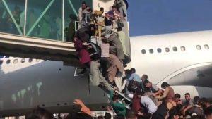 Caos en aeropuerto de Kabul tras toma de Afganistán deja siete muertos