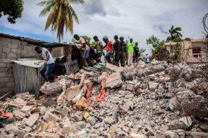 Van más de 2 mil muertos tras el terremoto en Haití