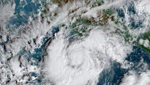 Alertan por entrada de huracán Rick como categoría 2